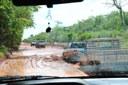 Lama torna rodovia quase intrafegável; atolamentos são constantes