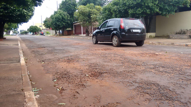 Com abaixo assinado de moradores, Nenão cobra recuperação do asfalto na rua Melvin Jones