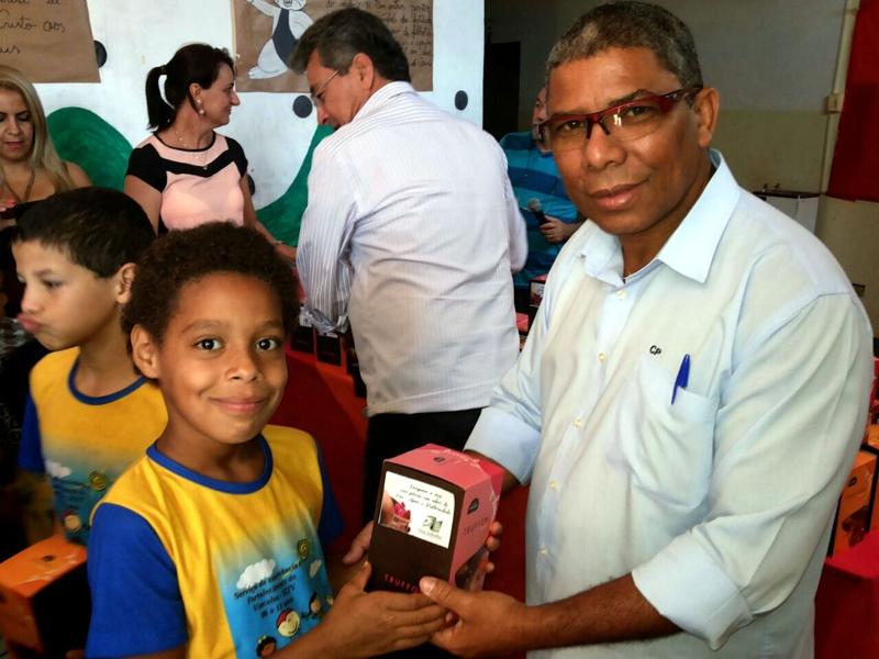 Cido Pantanal e Valter Yasunaka entregam ovos de Páscoa à integrantes de projetos sociais