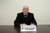 Robertinho solicita realinhamento de postes de iluminação pública