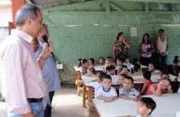 Vereadores participam de entrega de uniformes escolares