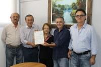 Valter entrega cópia de Projeto de Lei à família Fabri